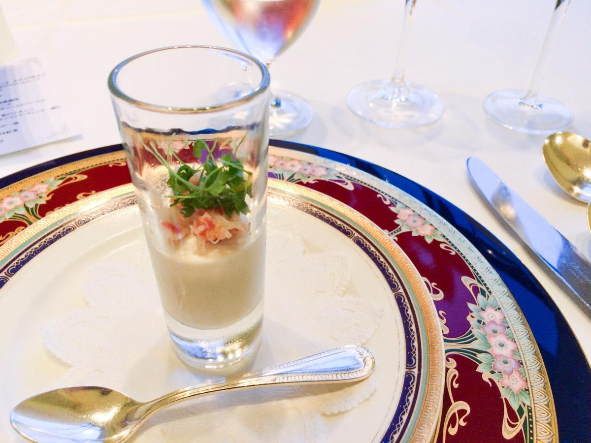 アスパラガスのプティ・サラダとポワブロンのムース 鱒の卵を添えて